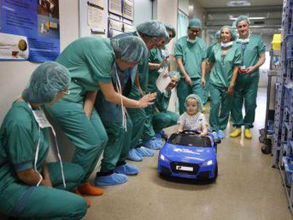 Hospital de Barcelona leva as crianças à sala de operações em um carro de brinquedo para reduzir o estresse