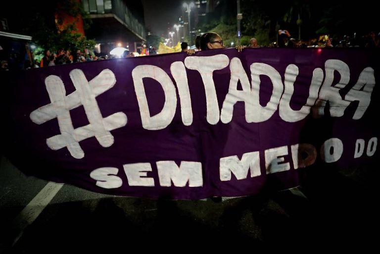 Protesto de grupos de esquerda contra o presidente eleito do Brasil, Jair Bolsonaro, em 30 de outubro.