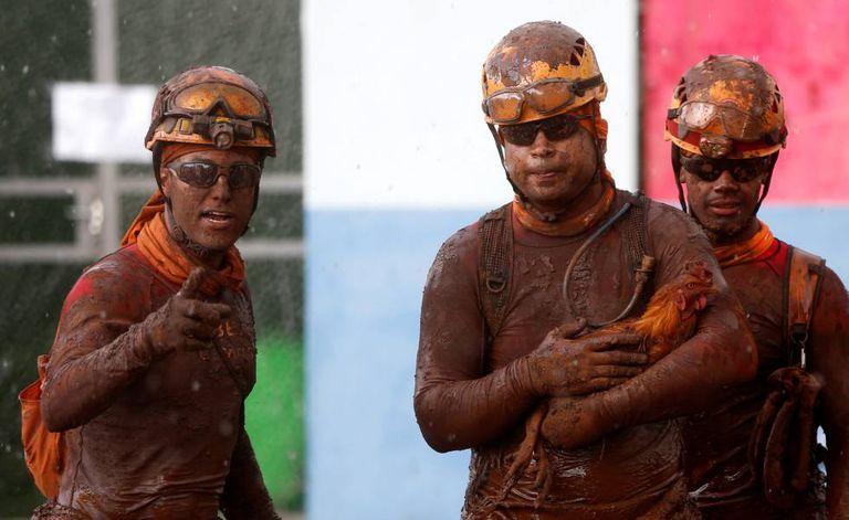 Membros da equipe de resgate após buscas na lama de Brumadinho.
