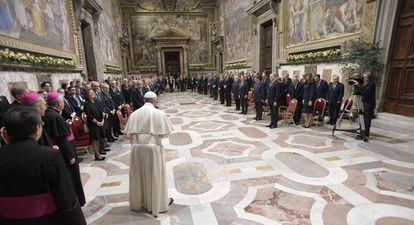 O papa Francisco, de costas, ante os líderes da UE.