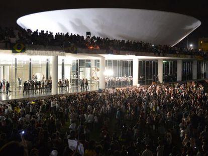 Manifestantes invadem o Congresso, em junho de 2013.