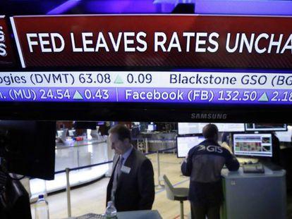 Painel eletrônico anuncia a decisão do Fed.