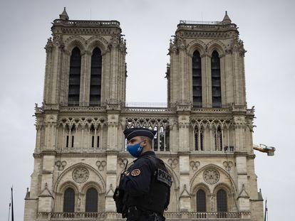 Um policial em frente à catedral de Notre-Dame de Paris, em 29 de outubro de 2020.
