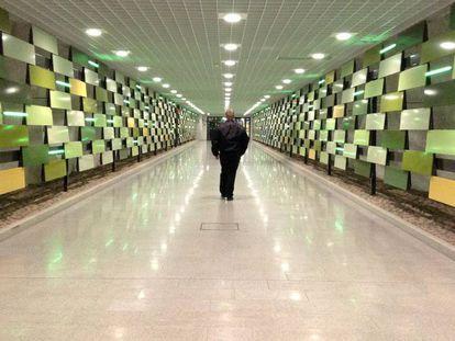 Homem caminha por uma área da cidade subterrânea de Helsinque em novembro de 2017.