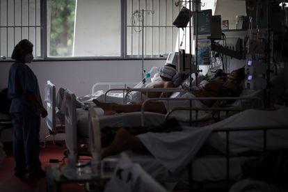 Profissional da saúde trabalha na UTI de um hospital municipal de São Paulo atendendo pacientes com covid-19, em 13 de março.