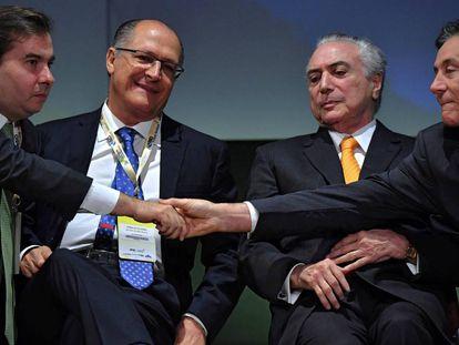 O presidente Temer, ladeado de Maia, Alckmin e Eunício Oliveira