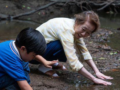 Yuh-Jung Youn com o menino Alan Kim em uma cena de 'Minari – Em Busca da Felicidade'.