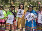 Carry Somers, com trabalhadoras do setor têxtil no Peru.