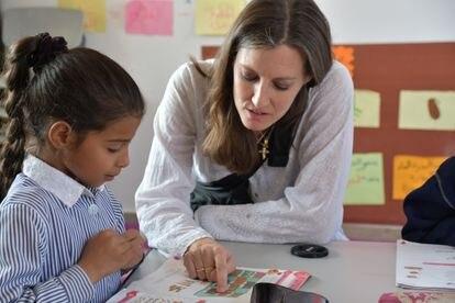 Lauren Taylor com uma das crianças assistidas nas escolas da World Vision.