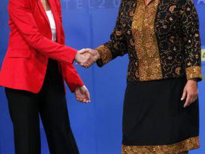 As candidatas à Presidência do Chile se saúdam em debate.