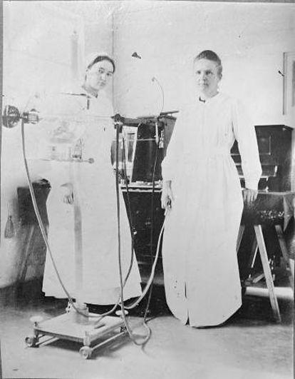 Marie Curie com sua filha Irène em um hospital de campanha durante a Primeira Guerra Mundial.