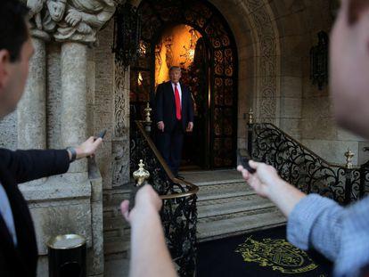 O então presidente Trump fala a jornalistas na porta da sua mansão Mar-a-Lago, após reunião com funcionários do Pentágono, em dezembro de 2020.
