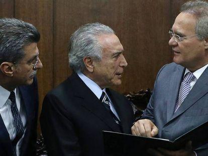 O presidente interino Michel Temer com os senadores Romero Jucá e Renan Calheiros, nesta segunda. ADRIANO MACHADO REUTERS