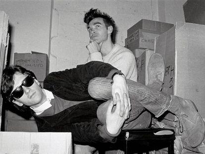 Johnny Marr e Morrissey, integrantes dos Smiths, nos fundos da loja de discos londrina Rough Trade, em 1983.