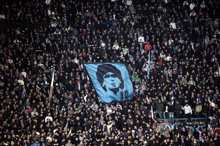 Torcida do Napoli recorda Diego no estádio San Paolo, em 2017.