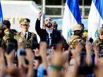 Nayib Bukele junto a sus seguidores y el Ejército, el domingo en San Salvador.
