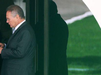 Renan, na porta da sua casa, no dia em que o STF julga seu afastamento