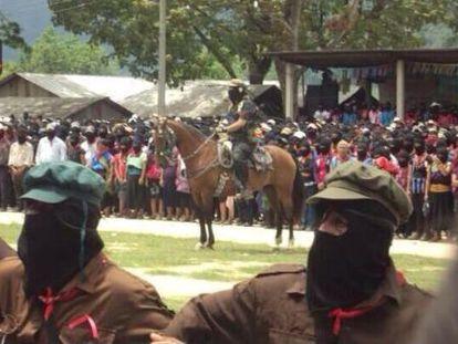 Marcos monta cavalo em homenagem a Galeano.
