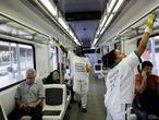 Dos mujeres desinfectan el vagón del tren en Río de Janeiro, Brasil, contra el coronavirus.