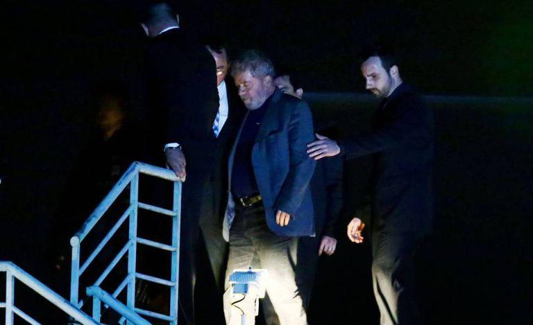 Lula chega à Superintendência da Polícia Federal em Curitiba no início de abril.