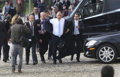 Rebelo de Sousa chega a pé ao Parlamento para fazer o juramento como presidente de Portugal.