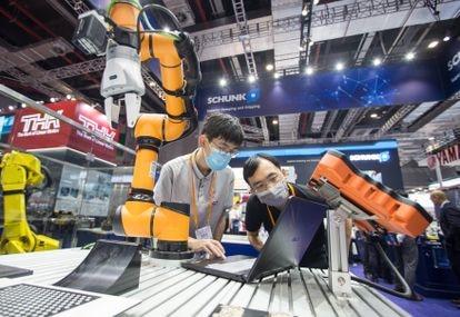 Robô apresentado na Feira Internacional da Indústria da China, em Xangai, em 15 de setembro passado.