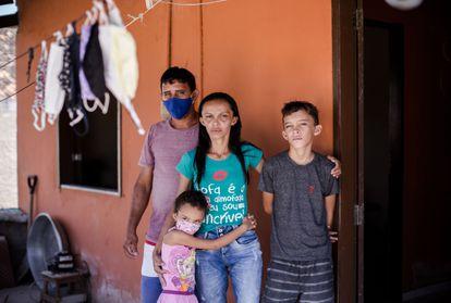 A agricultora Patrícia, o marido e os dois filhos viviam com 400 reais por mês antes do auxílio emergencial.