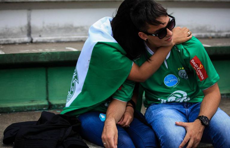Torcedores da Chapecoense realizam vigília na Arena Condá.