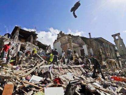 Sismo de magnitude 6,2 ocorreu durante a madrugada. Na localidade de Amatrice, uma das mais afetadas, há dezenas de pessoas presas nos escombros