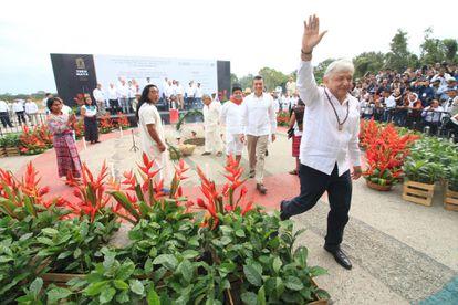 Andrés Manuel López Obrador em uma cerimônia com comunidades indígenas maias com oferendas de comida para iniciar a construção do Trem Maia, no sul do México.