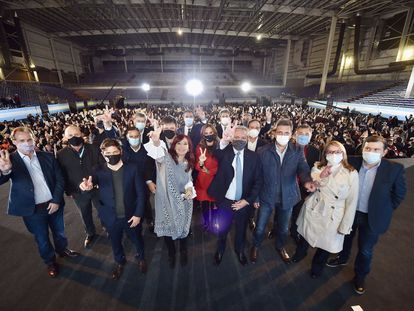 O presidente Alberto Fernández com Cristina Kirchner e autoridades da província de Buenos Aires, nesta quinta-feira.