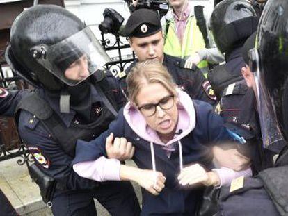 """Autoridades apertam o cerco aos oposicionistas com a prisão de Liubov Sobol, uma das poucas que estava em liberdade. Entre aplausos e slogans como """"eleições livres"""" e """"Putin ladrão"""", grupos de manifestantes tentavam escapar das forças de segurança"""