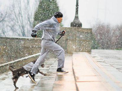 Imagem do filme Rocky (1976), quando o protagonista treina subindo os degraus da Filadélfia que ficaram famosos pelo filme.