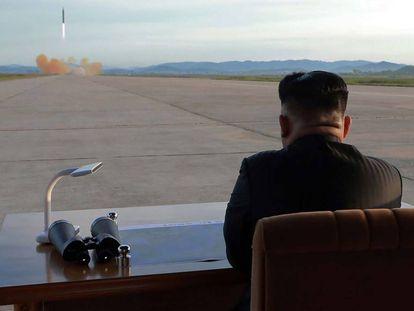Jong-Un inspecionando um simulacro de lançamento de um foguete balístico, em lugar não revelado.