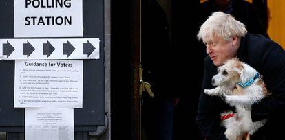 Boris Johnson com seu cachorro Dilyn, após votar em Londres.