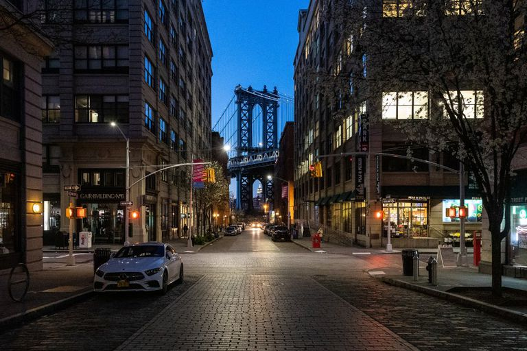 Uma rua no bairro de Dumbo, no Brooklyn, com vista para a ponte de Manhattan, que foi obrigado a fechar seus bares e restaurantes.