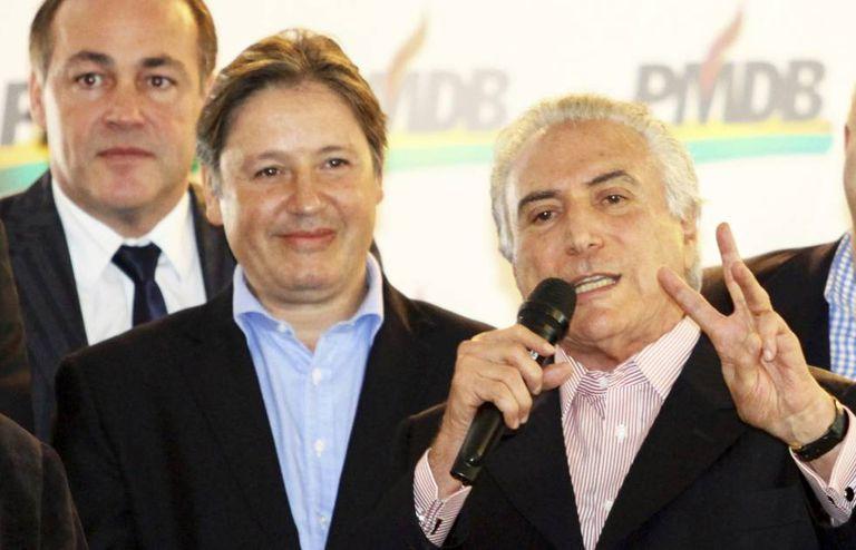 Michel Temer gesticula ao lado de Rodrigo Rocha Loures durante ato em maio de 2014 em Curitiba.
