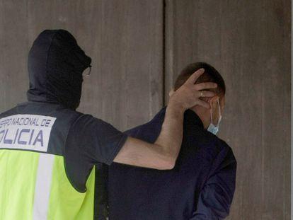 Um agente conduz um dos seis detidos pela morte de Samuel Luiz, na sexta-feira passada, no edifício dos tribunais de A Coruña, na Espanha.