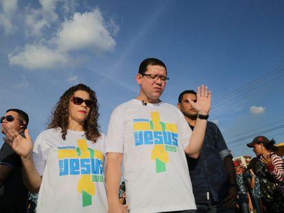 O governador de Rondônia, Marcos Rocha, e sua mulher e secretária de Estado da Assistência e do Desenvolvimento Social, Liana Silva de Almeida Lima, na Marcha para Jesus 2019.
