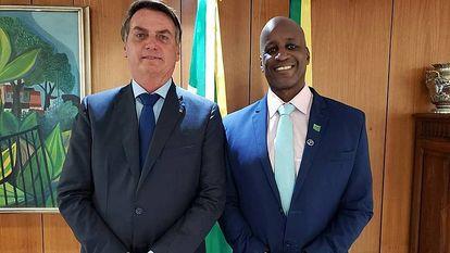 O presidente Bolsonaro e o diretor da Fundação Palmares, Sergio Camargo em uma imagem da conta dele no Twitter.