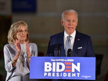 O pré-candidato democrata à Casa Branca Joe Biden fala à imprensa na Filadélfia ao lado da mulher, Jill Biden.