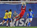 Goleira Bárbara faz defesa no jogo entre Brasil e Itália pela Copa feminina.