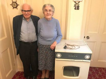 Sydney e Rachel Saunders com a secadora que usaram por 55 anos.
