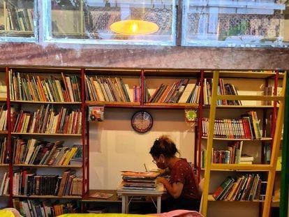 Uma leitora no interior da livraria Simples, em São Paulo.