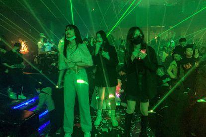 Jovens em uma discoteca de Wuhan, na província chinesa de Hubei, na quinta-feira.