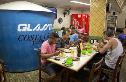 Clientes de restaurante de São Paulo dividem espaço com reservatório de água.