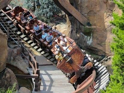 Pessoas com máscara em uma montanha russa do parque Disney World, em Orlando, na Flórida, neste fim de semana.