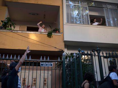 No Rio de Janeiro, manifestantes foram às ruas neste domingo contra a violência policial no Brasil e contra o racismo. Moradoras foram às janelas apoiar o protesto.