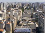 """La toma de conciencia social ha sido mayor en algunas ciudades a la de las propias autoridades. En la fotografía, un cartel que dice """"Coronavirus, prevéngase"""" cuelga de un edificio del centro de Sao Paulo."""