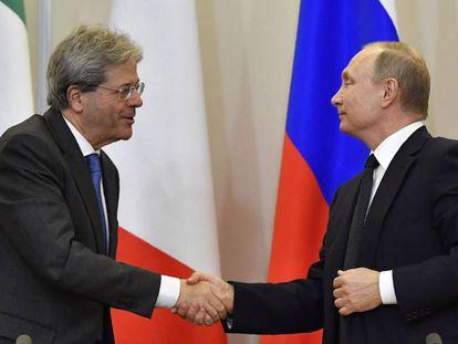 Putin cumprimenta o primeiro-ministro Gentiloni nesta quarta-feira, em Sochi (Rússia).